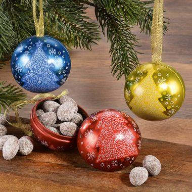 Weihnachtskugeln mit Mandeln